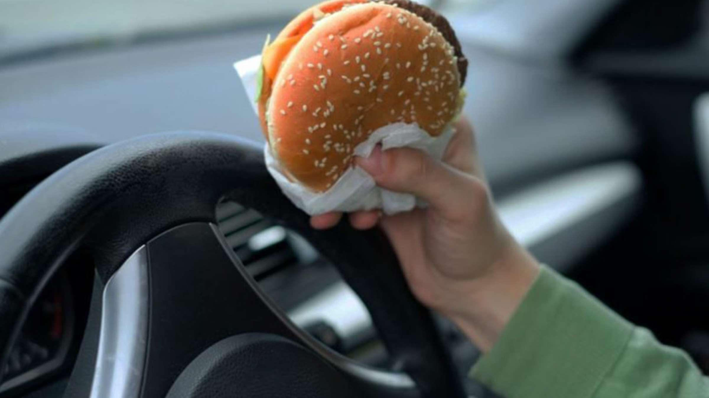 اخبار-تورنتو-هزار-و-پانصد-دلار-جریمه-بخاطر-غذا-خوردن-هنگام-رانندگی