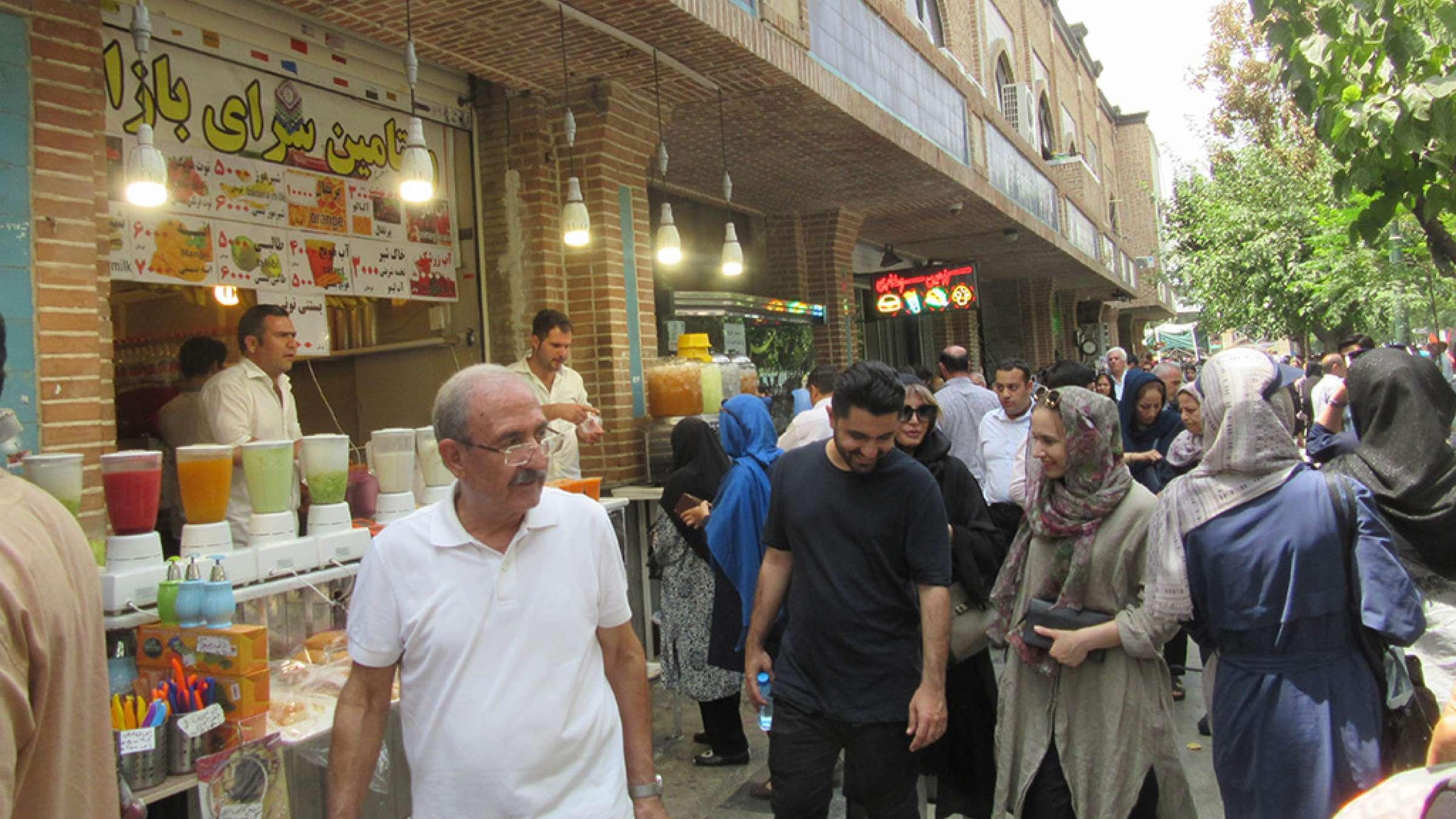 ادبیات-گلمحمدی-با-من-به-بازار-تهران-بیایید-آبمیوه-فروشان