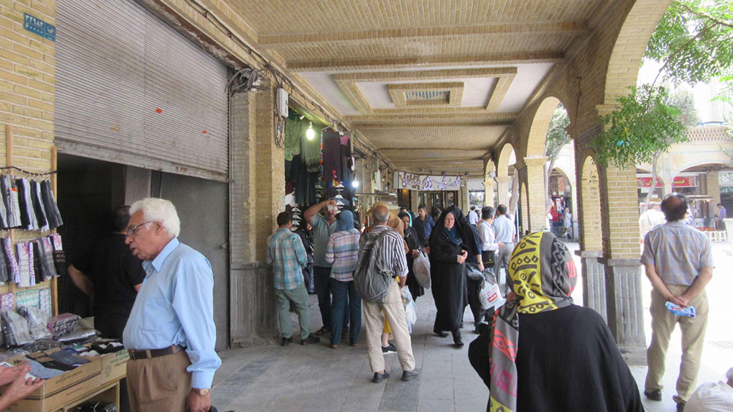 ادبیات-گلمحمدی-با-من-به-بازار-تهران-بیایید-دور-مسجد