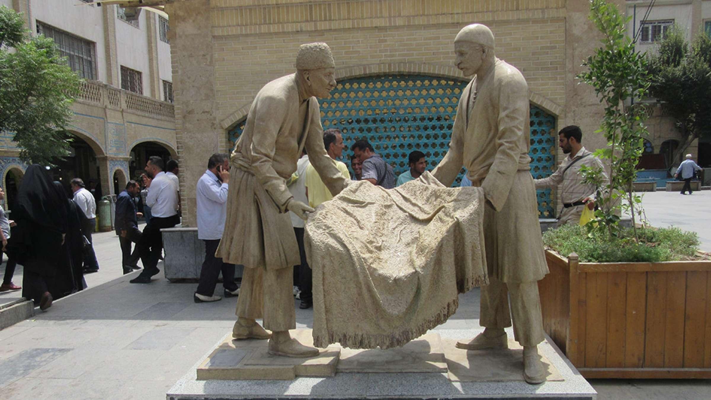 ادبیات-گلمحمدی-با-من-به-بازار-تهران-بیایید-دو-مجسمه