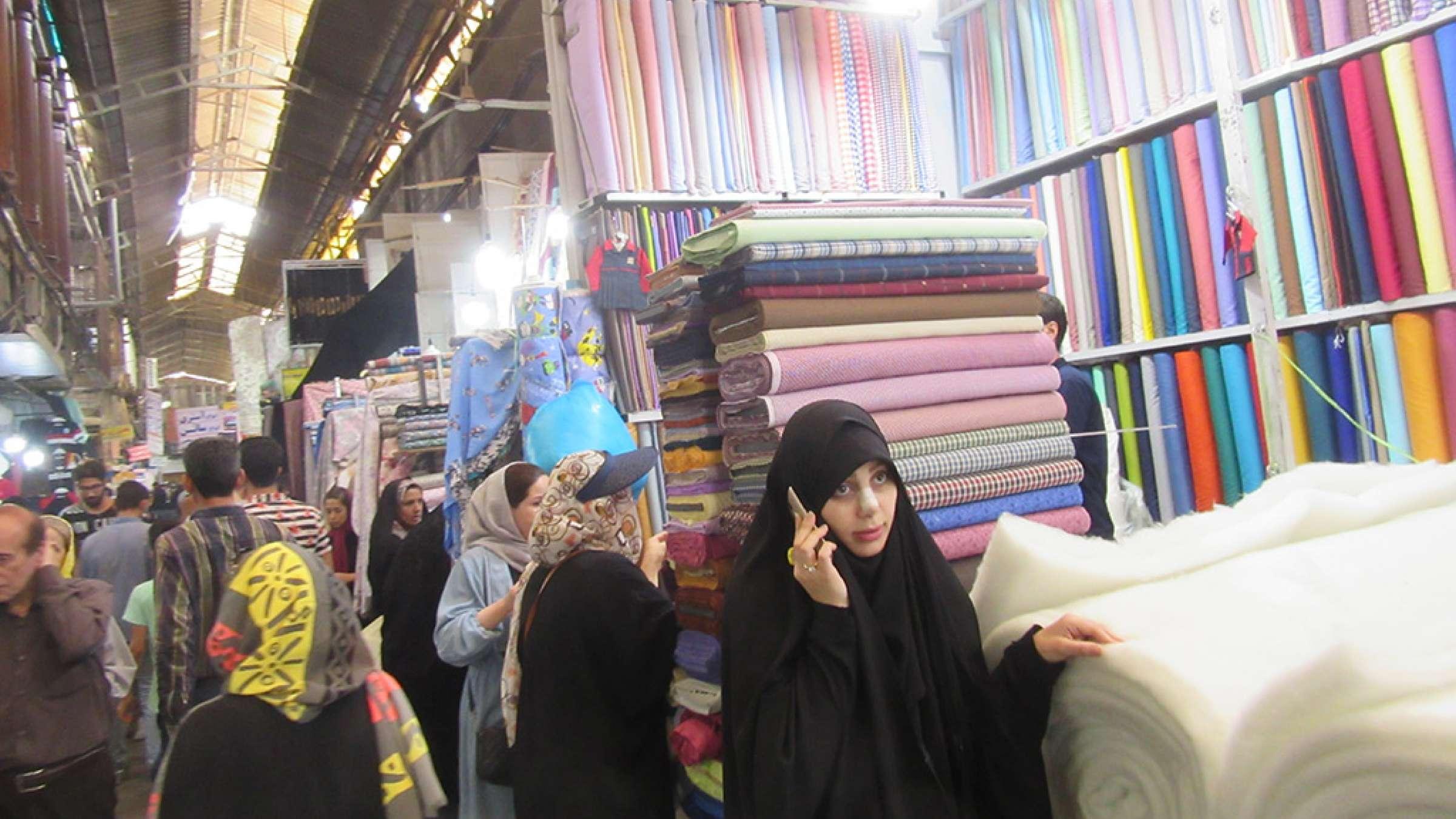 ادبیات-گلمحمدی-با-من-به-بازار-تهران-بیایید-راسته-بزازان-پارچه-فروشان