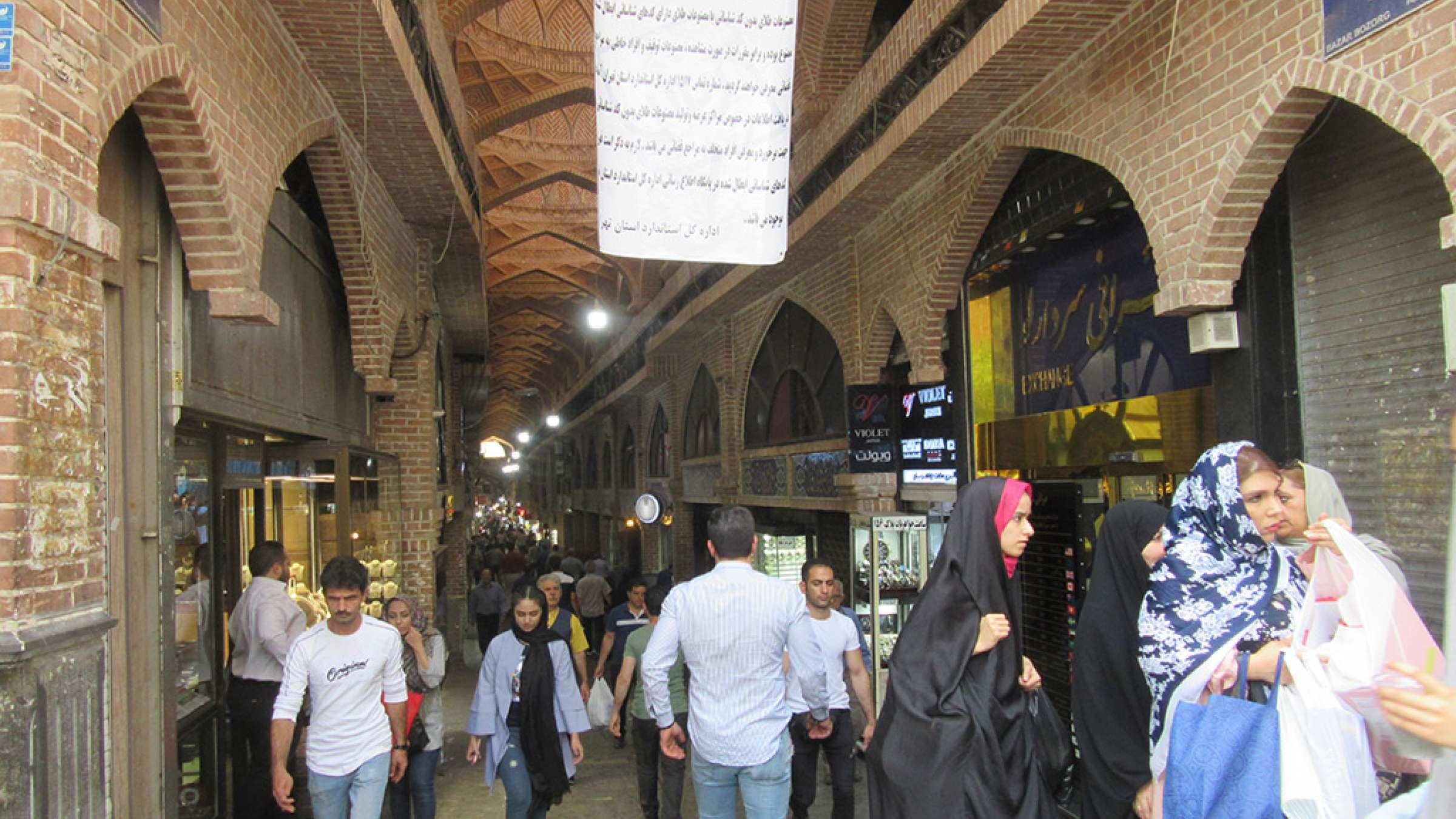 ادبیات-گلمحمدی-با-من-به-بازار-تهران-بیایید-ورودی-بازار-بزرگ