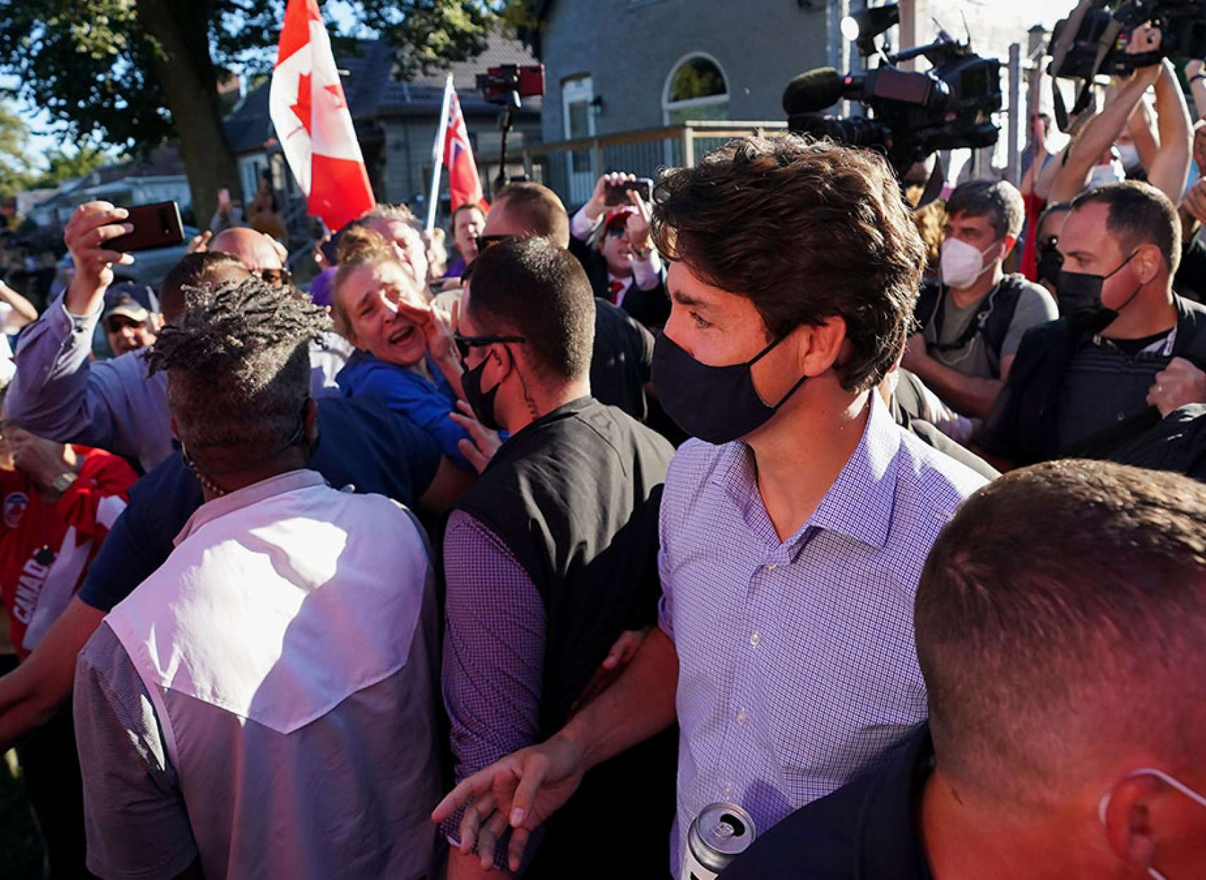 خبر-کانادا-حمله-با-ماسه-سنگریزه-به-ترودو-در-لندن-انتاریو-چند-سنگ-احتمالا-به-ترودو-برخورد-کرد