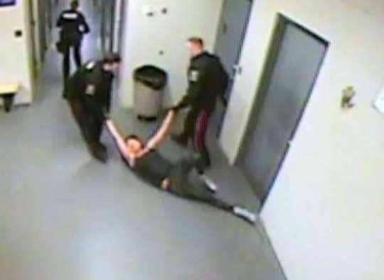 اخبار-کانادا-افشای-ویدئو-کتک-خوردن-وحشیانه-زنی-در-بازداشت-پلیس-سلطنتی-کانادا-به-سو-شدن-کشید