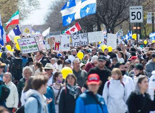 اخبار-کبک-سنگ-آتش-گاز-اشک-آور-بمب-دستگیری-پلیس-هزاران-تظاهرات-کننده-مونترالی-واکسن-پاسپورت